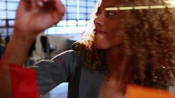 Geschäftsfrau, die auf Haftnotizen schreibt video