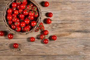 tomates em uma cesta, vista de cima