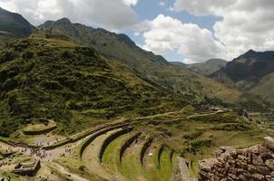 paisajes del valle sagrado en la ciudad de cuzco, perú foto