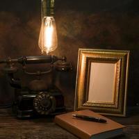 Bodegón de teléfono vintage con marco de imagen foto