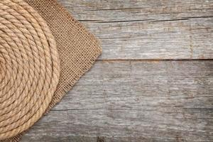 cuerda de barco en madera y arpillera foto