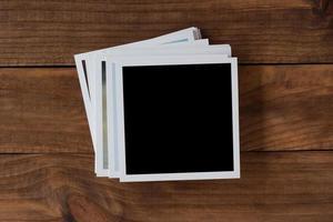 marcos de fotos polaroid sobre fondo de madera