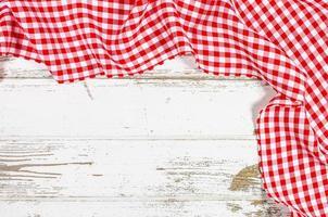 mantel rojo doblado sobre mesa de madera foto