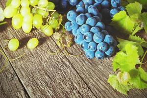 uvas en una mesa de madera foto