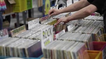 gli acquirenti scelgono il vinile nel negozio di musica video