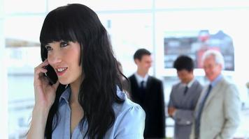 brunette zakenvrouw praten aan de telefoon