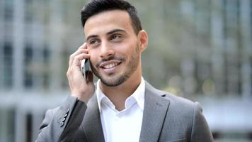 retrato de um empresário sorridente falando ao celular