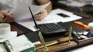 diretor na mesa, revisando documentos comerciais, documentos rasspisyvaesya. video