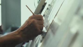 Techniker. Werkzeuge zum Zeichnen. Erstellen einer Zeichnung