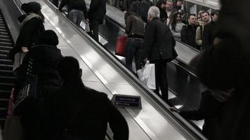 Escalera mecánica en la estación de metro de Londres
