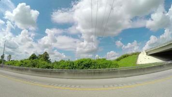 snel rijden op brede lege snelweg door het land