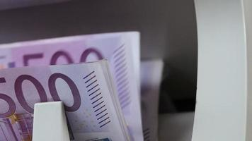 máquina de contagem de dinheiro. contador de notas está contando notas de quinhentos euros
