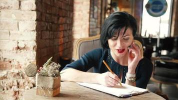 candida immagine di una donna d'affari che lavora in un caffè. video