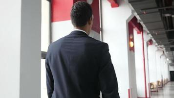 empresario caminando en el pasillo de la oficina