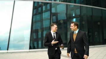 due uomini d'affari hanno una pausa video