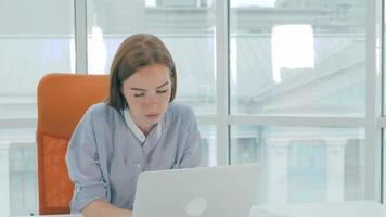 müde Geschäftsfrau mit Kopfschmerzen im Büro