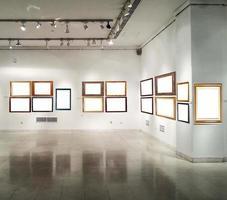 interior da galeria com molduras vazias