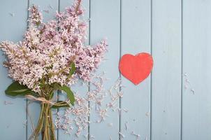 corazón rojo y flores foto