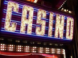 letrero de neón del casino foto