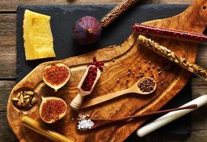 tabla de cortar de madera de olivo con especias e higo