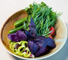 vegetais e outras verduras no prato