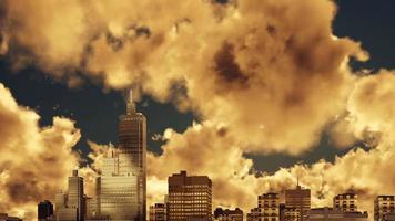 rascacielos de la ciudad y lapso de tiempo de cielo nublado al atardecer