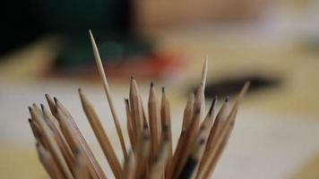 Vue rapprochée sur le lieu de travail à travers des crayons pour dessiner