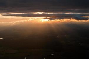 espectacular puesta de sol vista aérea del cielo