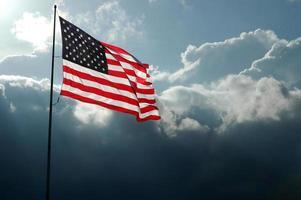 bandera americana en el cielo tormentoso
