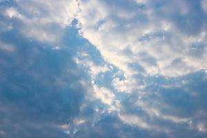 Nimbus nubes en el cielo azul