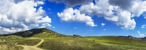colinas increíbles y cielo azul.