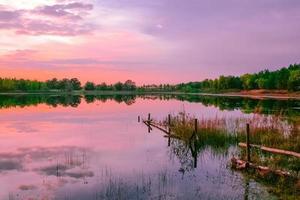 tierra de cultivo puesta de sol cielo púrpura foto
