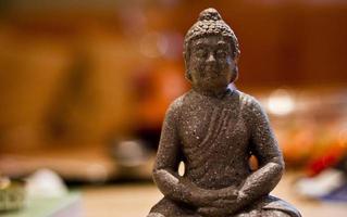 estátua de Buda com bokeh de fundo.