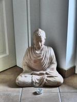 sitzender buddha in hausflur