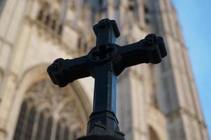 cruz de hierro con catedral dorada foto