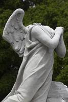 ángel rezando estatua