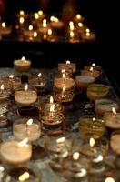 velas de oración de la catedral foto