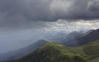 lluvia en las montañas de los pirineos