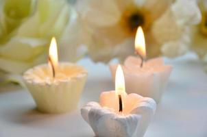 bougie blanche avec des fleurs