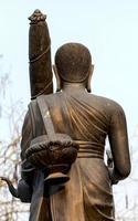 escultura de monge na parte de trás