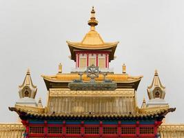 techo dorado de un templo budista foto
