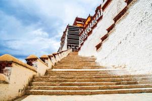 escena de la meseta tibetana: las escaleras van al palacio sagrado de potala foto