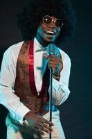zwarte Amerikaanse disco soulzangeres. wijnoogst. studio opname.