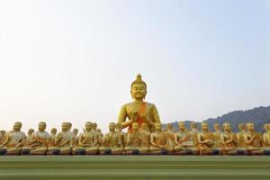 muchas estatuas de buda bajo un cielo azul en el templo, nakornnayok, thail
