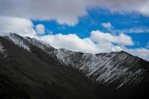 vista da paisagem da montanha em leh town, ladakh, norte da índia.