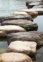 Camino de piedra zen en un jardín japonés foto