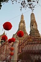 templo de wat arun y linternas rojas foto