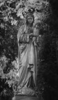 estátua da virgem maria com o bebê jesus cristo