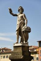 estatua que representa el otoño, puente st. trinita, florencia foto