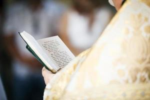 sacerdote leyó el libro de oraciones.